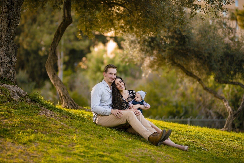משפחה צעירה יושבת על הדשא
