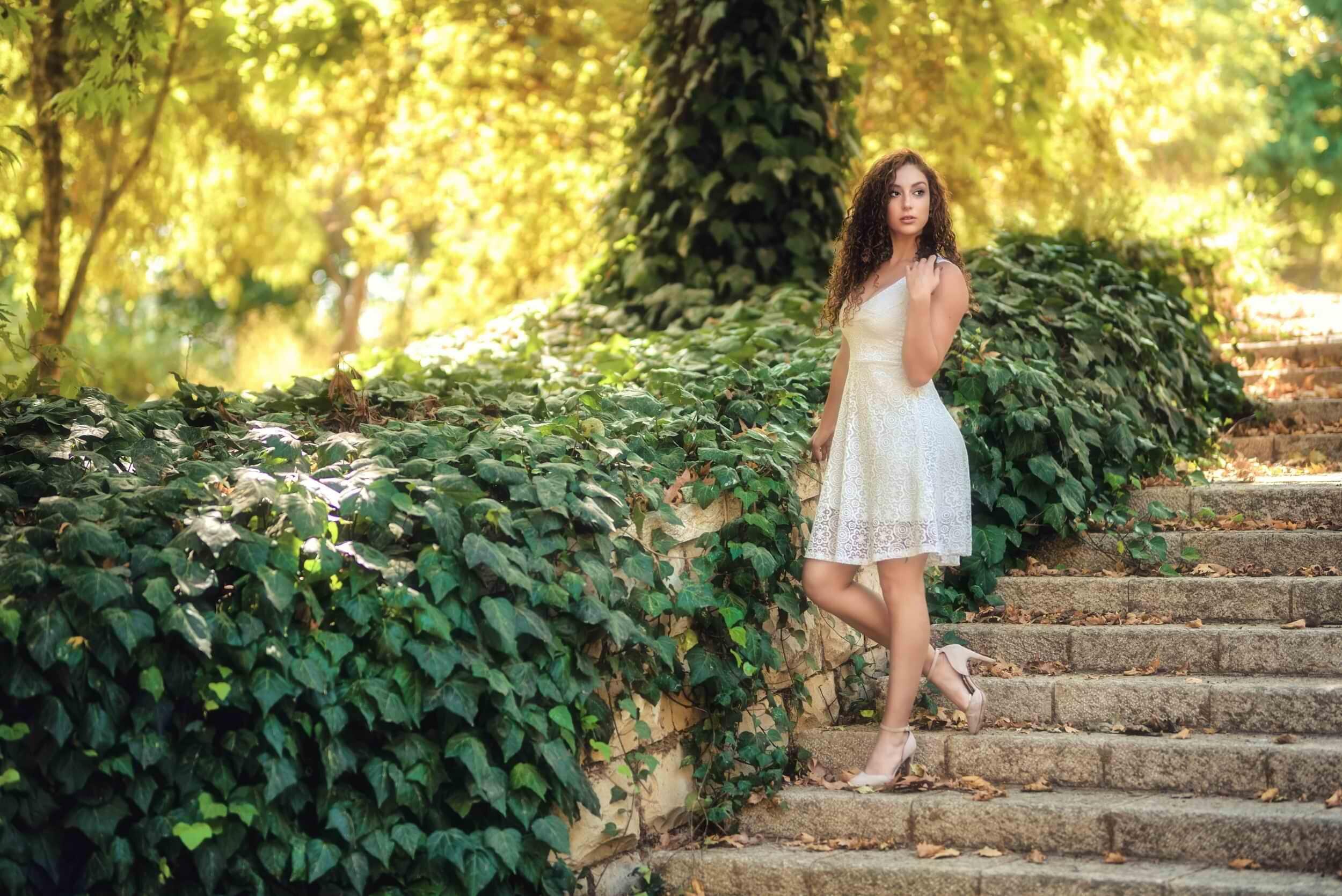צילום חוץ אופנתי של דוגמנית שיורדת במדרגות