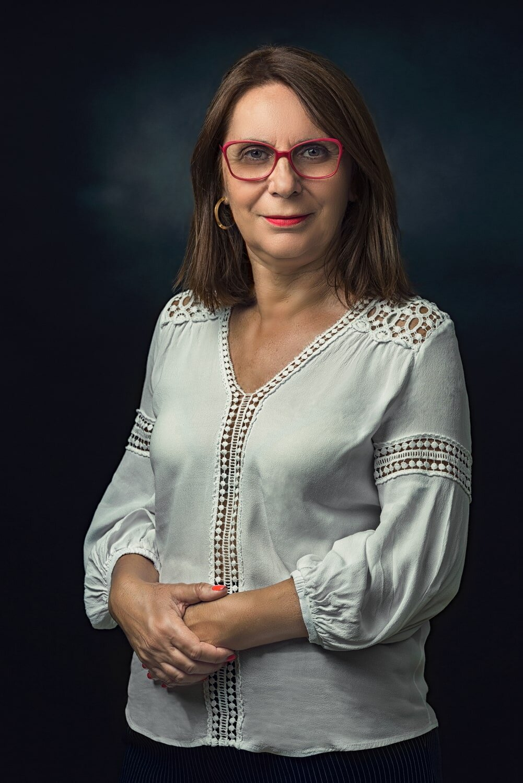 צילום פורטרט קלאסי לגברת עם משקפיים