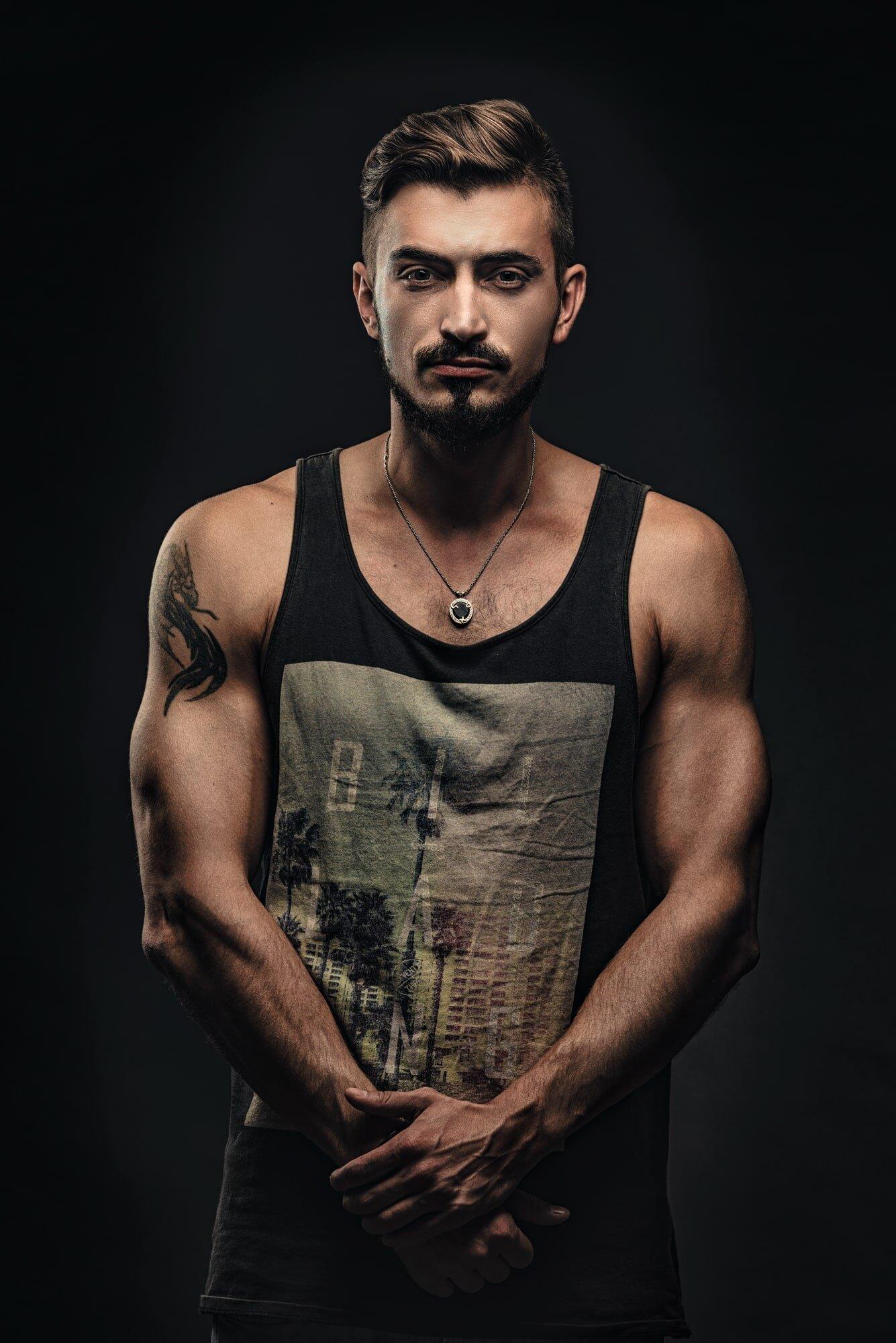 צילום פורטרט לבחור צעיר עם חולצה ללא שרוולים.