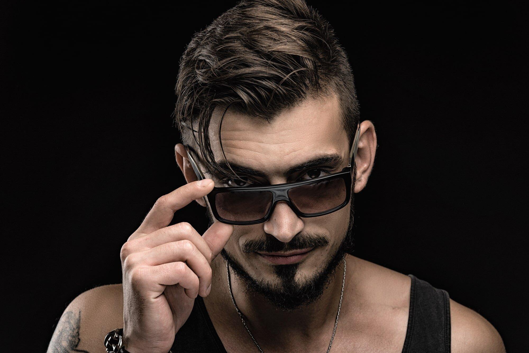 צילום פורטרט פנים לבחור צעיר עם משקפי שמש