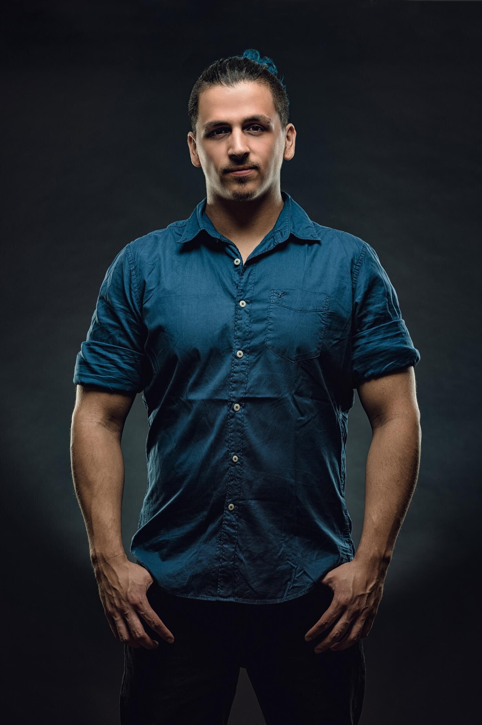 צילום תדמית של בחור צעיר עם חולצה כחולה מכופתרת