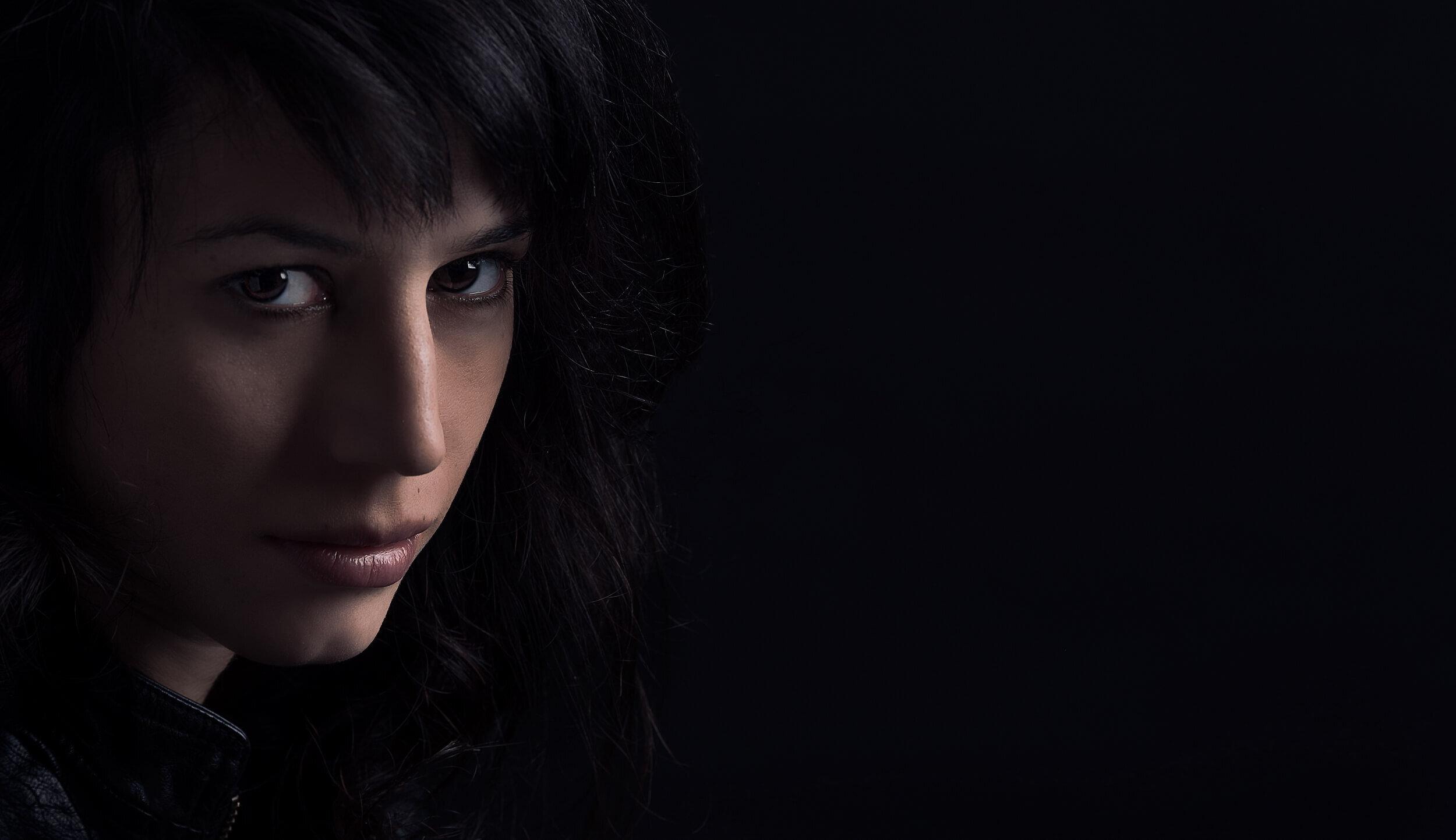צילום פורטרט אומנותי - בחורה על רקע שחור