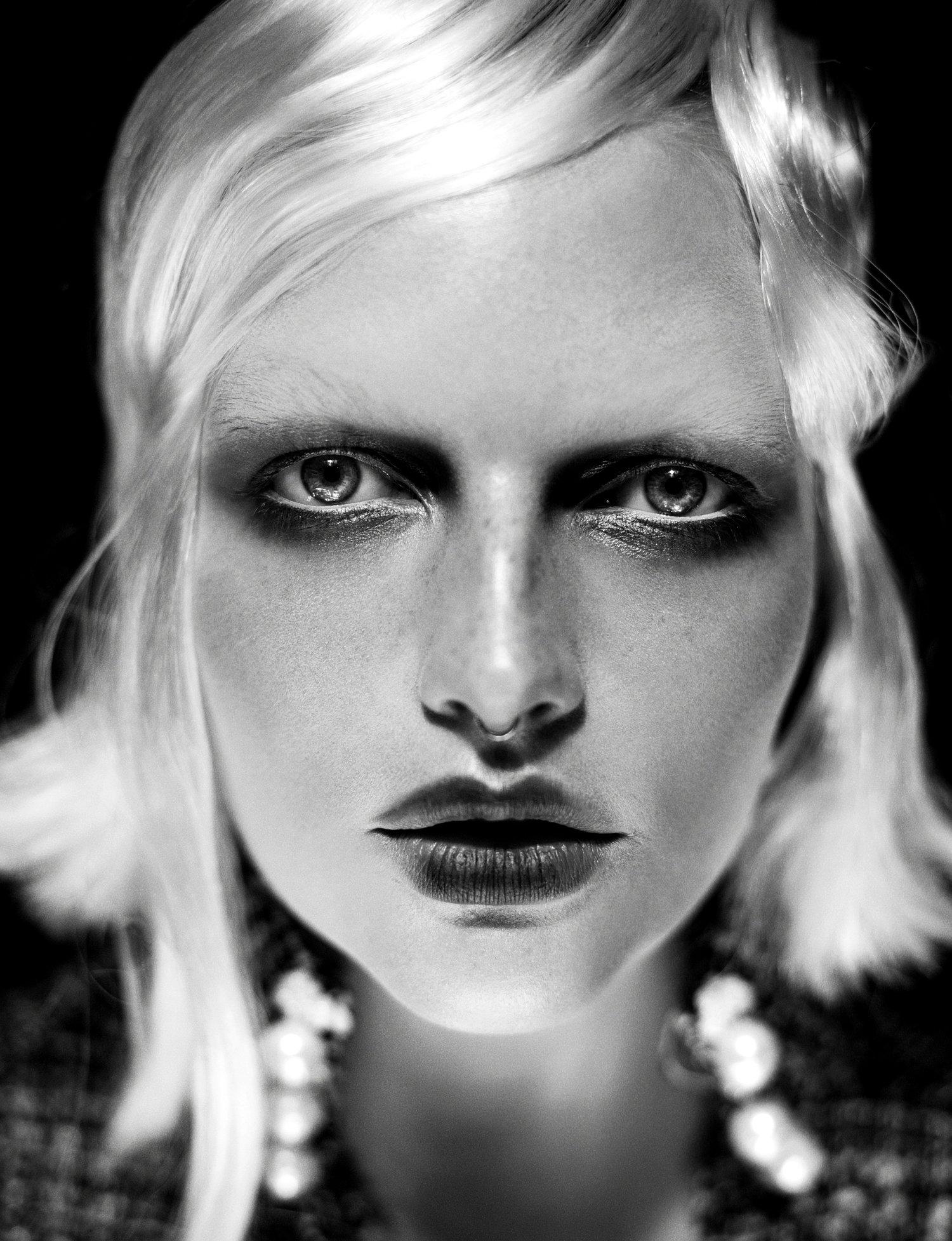 Photographie portrait noir et blanc artistique avec la mannequin Julia Lamarque.jpg