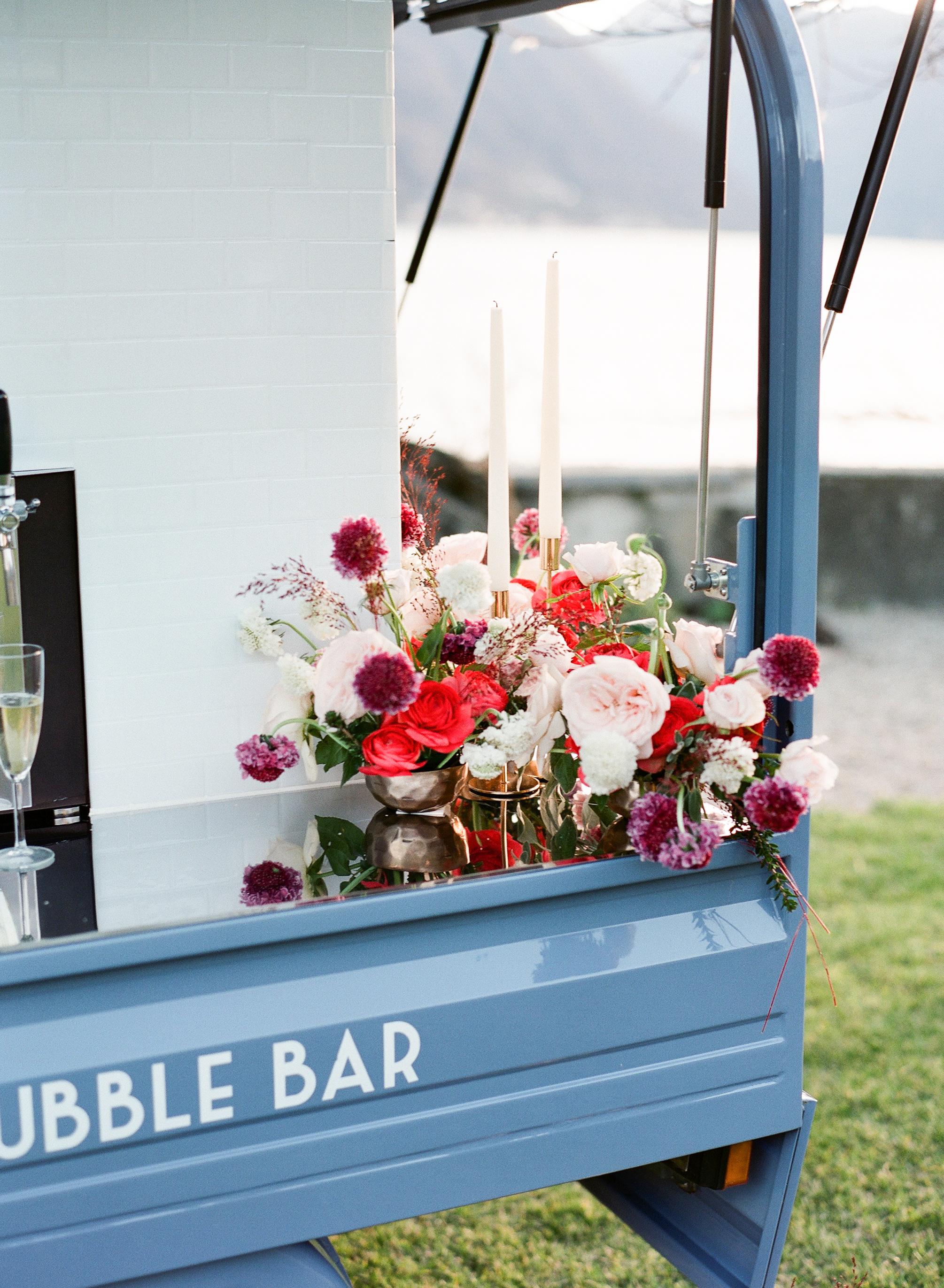 Extra - ....Extra Bubbles - Se preferisci avere più di 200 bicchieri di vino, siamo felici di offrirtene quanti ne desideri.Bicchieri - Possiamo offrire una grande varietà di flute o bicchieri, anche personalizzati in base alla tipologia di evento o gusto personale.Cocktails - grazie al innovativo design della nostra Ape possiamo provvedere a servire anche numerosi mix a base di vino come Spritz, Mimosa o Bellini...Extra Bubbles - If you wish to have more than 200 glasses of bubbles we are happy to offer as many barrels as you need.Glassware – The bubble bar can offer a variety flutes depending on the style of your event and personal preference.Cocktails - Thanks to the innovative design of our ape, there is an added tap for all of your mixed drink needs. Your guests can experience the best of a bubble brunch with our mimosa or peach Bellini mix in addition to the traditional Italian spritz made with Aperol. Other mixers are available upon request.....