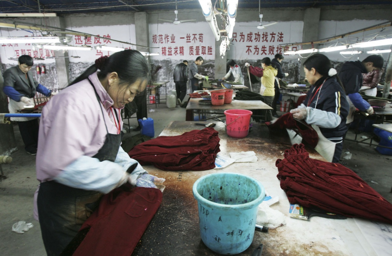 """- 98% of clothing bought in the US was imported from abroad. A single cotton T-shirt transported from Xinjiang, China to Los Angeles results in over 9,000 """"clothing miles"""" and over 2 pounds of CO2 equivalent emissions."""