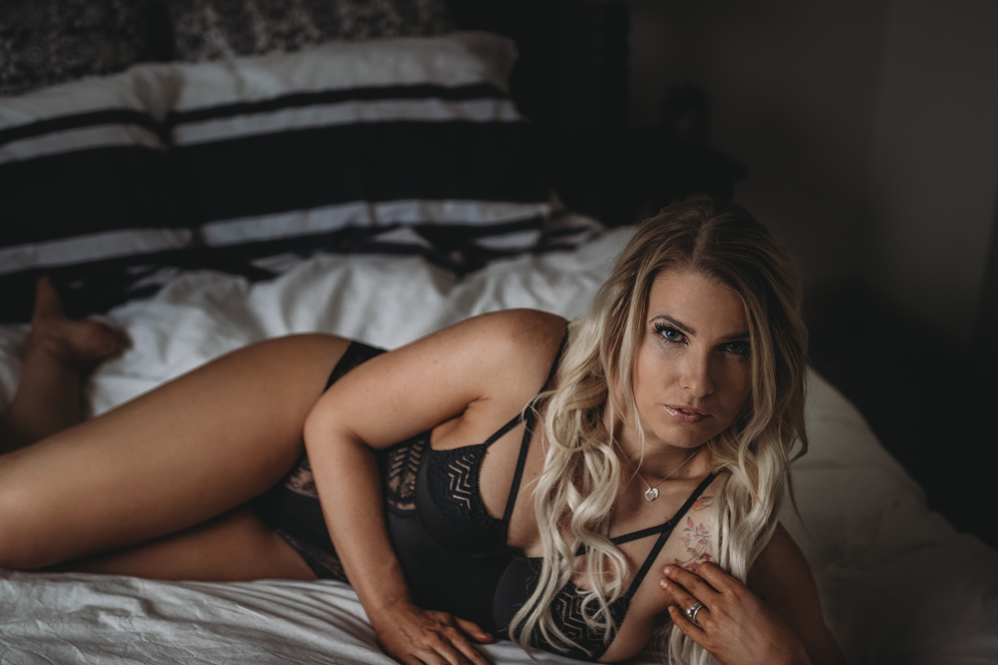 boudoir pose of girl on bed