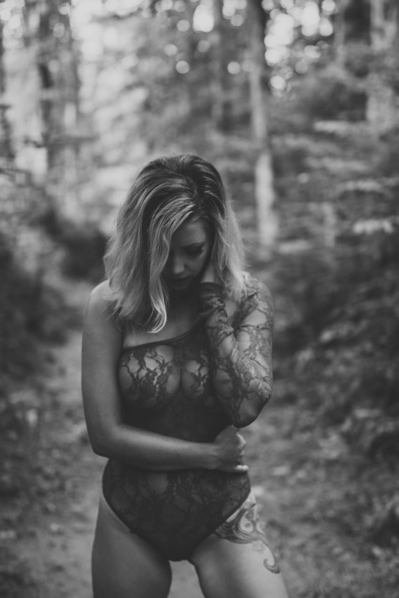 outdoor boudoir girl black and white photo