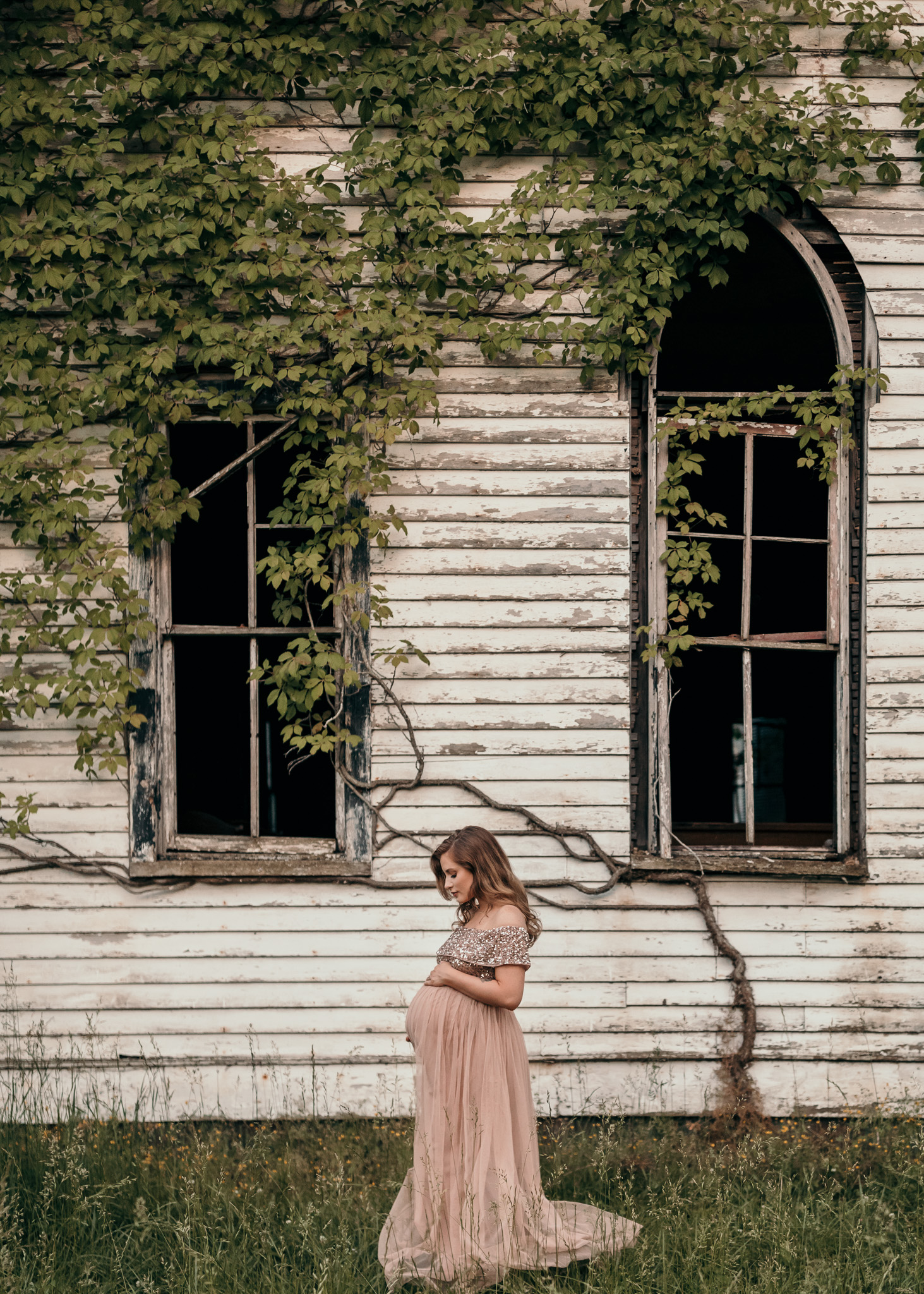 maternity photo in pink dress