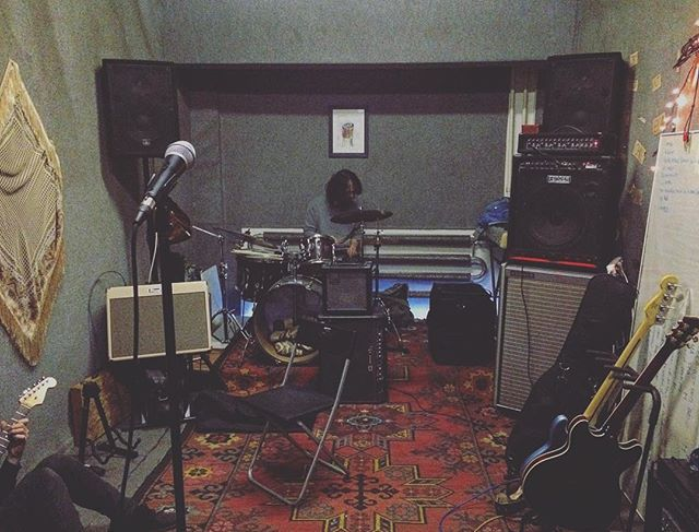Our rehearsal room got a little bit pampered and also some rearrangements have been made so now it's all ready for us to  work on the projects we planned for the upcoming months.. 🌍🤘 . . . #3rdP #ThirdPlanet #band #music #musician #musicians #rock #rockstyle #postrock #psych #psychedelic #progressive #rehearsal #room #carpet #drums #guitar #fender #mic  #bandphotography #instamusic #mik #instahun #magyarig #nka