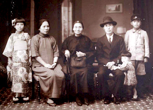 Family picture of 1930's Taiwan
