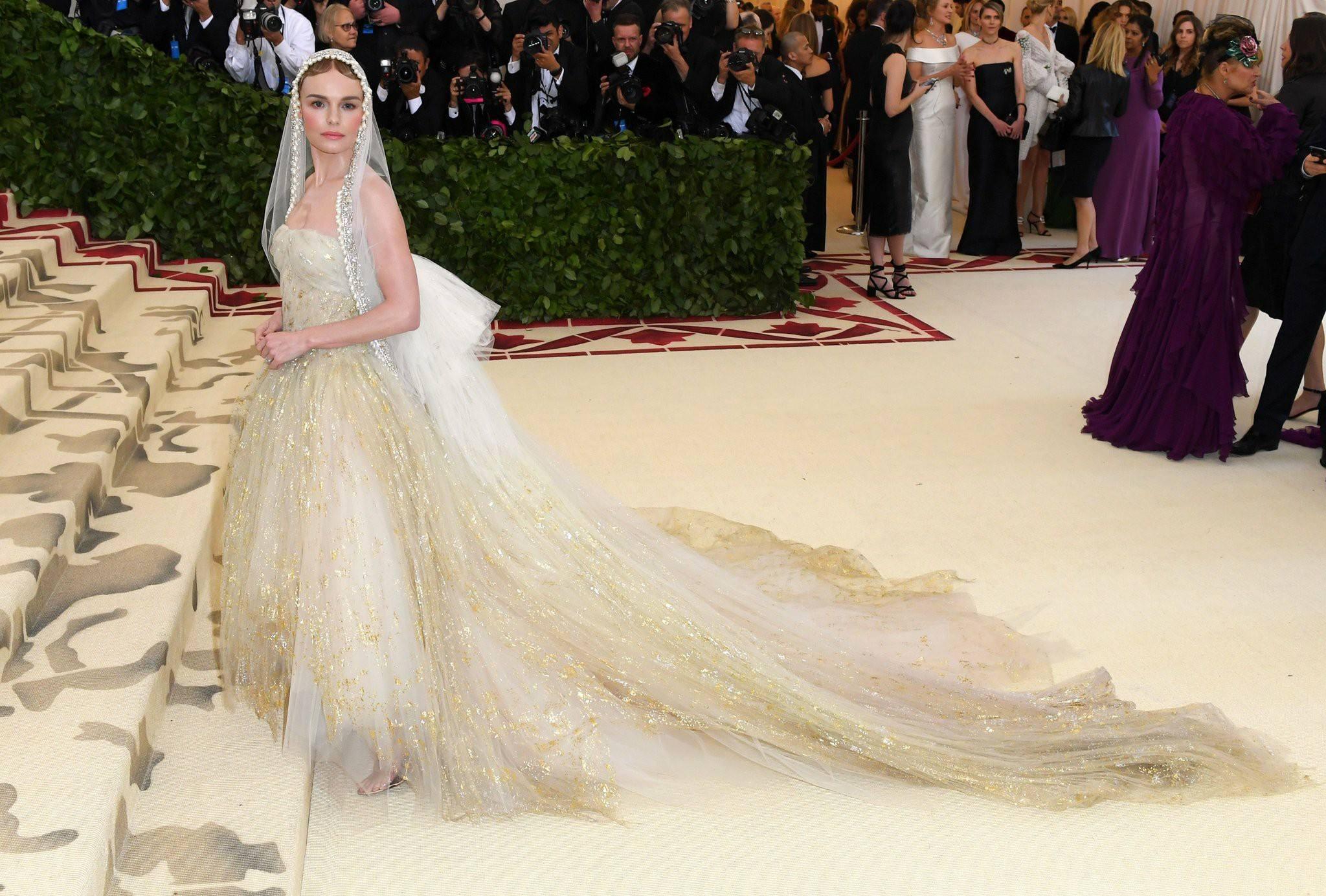 Kate Bosworth,  wearing Oscar de la Renta  That veil is perfection. She looks like an angel.
