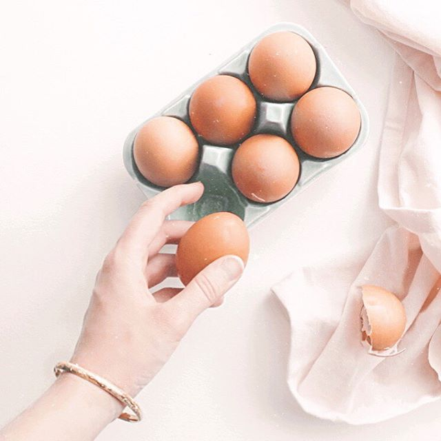 WHAT THE HECK DO YOU EAT??⠀ ⠀ I get it - you feel super overwhelmed with what to eat to clear your skin and incredibly confused about where to even BEGIN! You're definitely not alone. ⠀ ⠀ Here's why...⠀ ⠀ 👩🏻🦱Sally says eggs give her cysts⠀ ⠀ 👩🏼Becky says sugar makes her skin oily⠀ ⠀ 🧑🏽Jill says dairy breaks her out immediately⠀ ⠀ 👩🏿🦱Susan says carbs cause her to flare up⠀ ⠀ But….⠀ ⠀ 👩🏻Kathy says she eats 2 eggs everyday to balance her hormones + keep her skin clear⠀ ⠀ 👩🏽🦱Jenn says adding dairy back into her diet didn't cause her to break out⠀ ⠀ 👱🏽♀️Stacy says she didn't need to ditch sugar to clear her skin but it was tomatoes causing it all along⠀ ⠀ 👩🏻🦰Heather says going too low carb caused her thyroid to crash and her skin to breakout⠀ ⠀ What gives?? One of the questions I get asked the most is - what's the best diet to clear acne. The answer is simple.⠀ ⠀ ✨THERE IS NO ONE-SIZE FITS ALL DIET✨⠀ ⠀ Every single human on this planet is incredibly unique. Based on your genetics, current + past health, lifestyle, diet, + more, you may react differently to foods.⠀ ⠀ That's why it's important to learn to tune in and listen to your body talk. It's always giving you feedback!⠀ ⠀ Symptoms like acne/bloating/headaches/anxiety/constipation etc…are little messengers from your body that something's not right! 🕊 ⠀ ⠀ A great place to start is by doing a food + symptom journal. I ALWAYS have my clients start with this! 📓 ⠀ ⠀ For the next 5 days, I challenge you to eat your meal, sit with it for 10 minutes, check in with how you feel, + do it again after 2-3 hours. Notice how you feel. Are you bloated? Tired? Hungry again? Is your skin oilier? Itchy? OR do you feel energized/content/happy/warm/light? ⠀ ⠀ Your body is so wise! It knows just what you need. Listen to it. 👂 ⠀ ⠀ Have you tried food + symptom journaling? Share your thoughts below.👇🏼