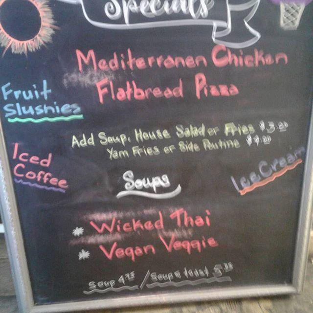 Lunch specials, meditrainan chicken flat bread pizza  #localeats #SIDNEYBYTHESEA