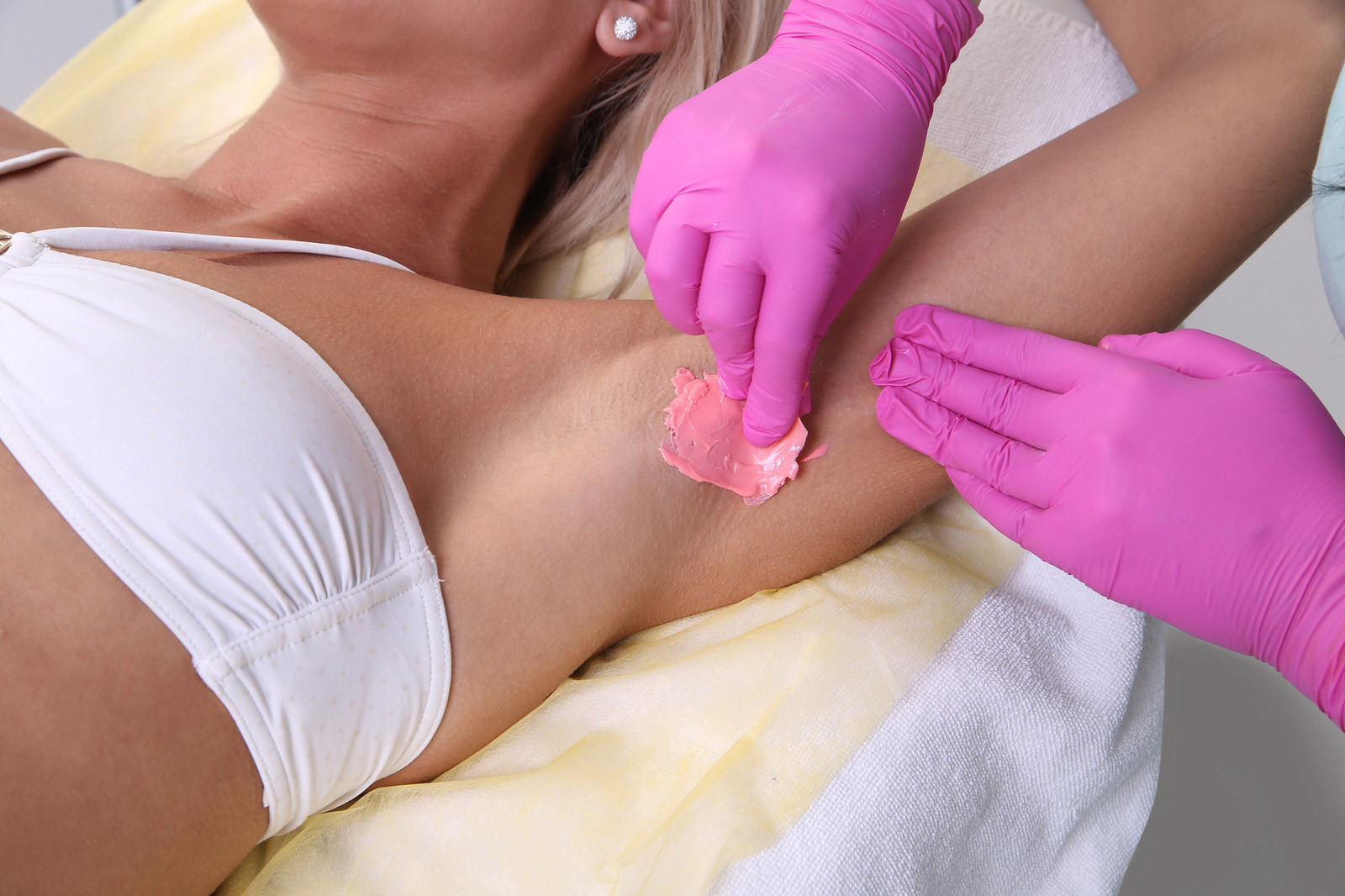 A woman gets her underarms waxed