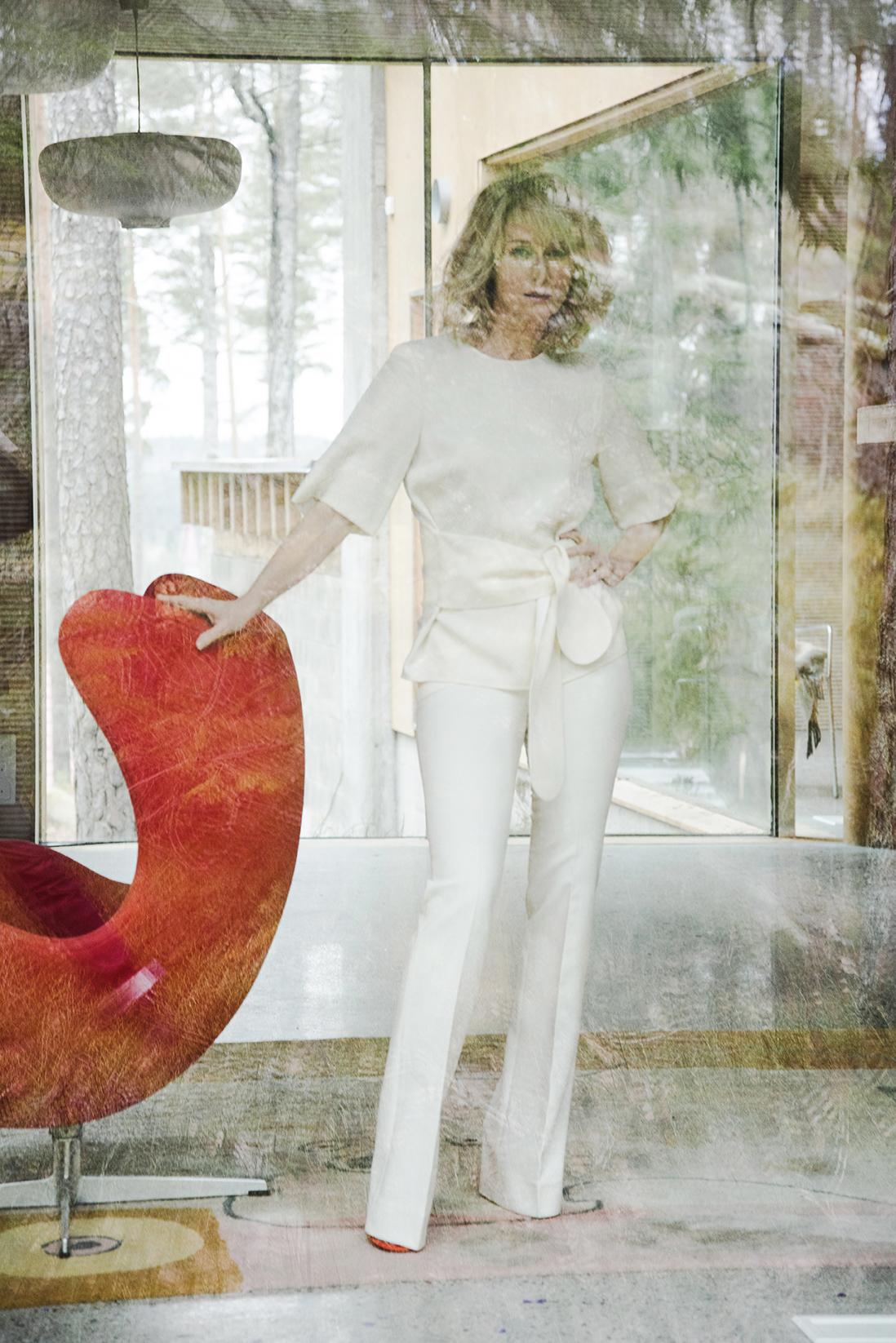 Victoria Beckhamin jo klassikon asemaan nousseet housut, jotka tekevät sääristä ja takamuksesta uskomattoman kauniit, 519 e. Vyötäröltä kietaistava yläosa, 359 e, on myös  Victoria Beckhamin . Oranssit korkekorkoiset sandaalit  Kendall+Kylie 139 e. Koko asukokonaisuus  Stockmann .