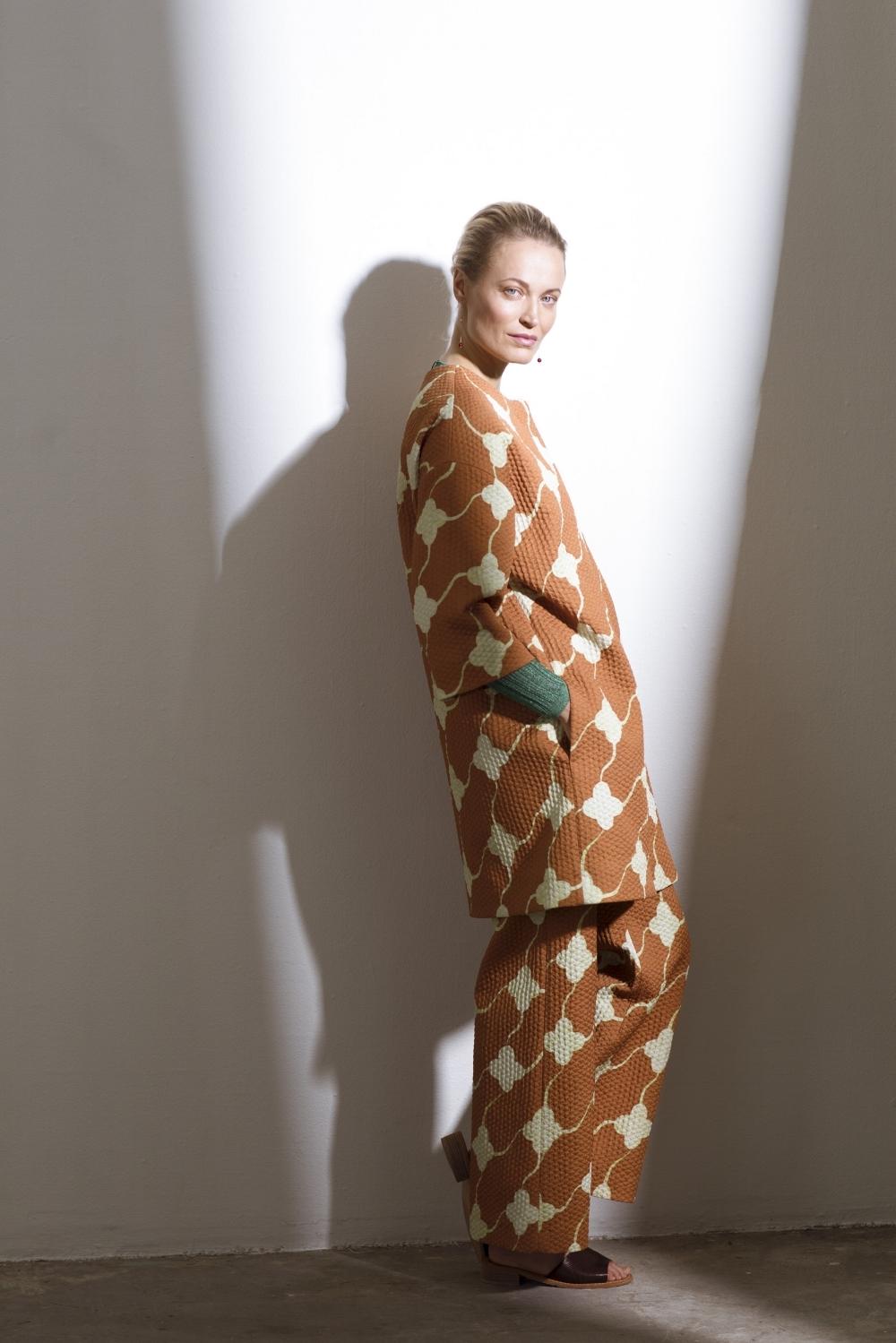 Feel Good Fashion #FGF - Voit pukeutua päästä varpaisiin pastelleihin, kirkkaisiin perusväreihin tai näyttävään kuosiin.Takki 470 e ja housut 300 e, molemmat Samuji. Alla glitterneule 35,99 e, Mango, Stockmann. Sandaalit 190 e, Samuji. Korvakorut 440e, Tiina Arkko, OZ Jewel.