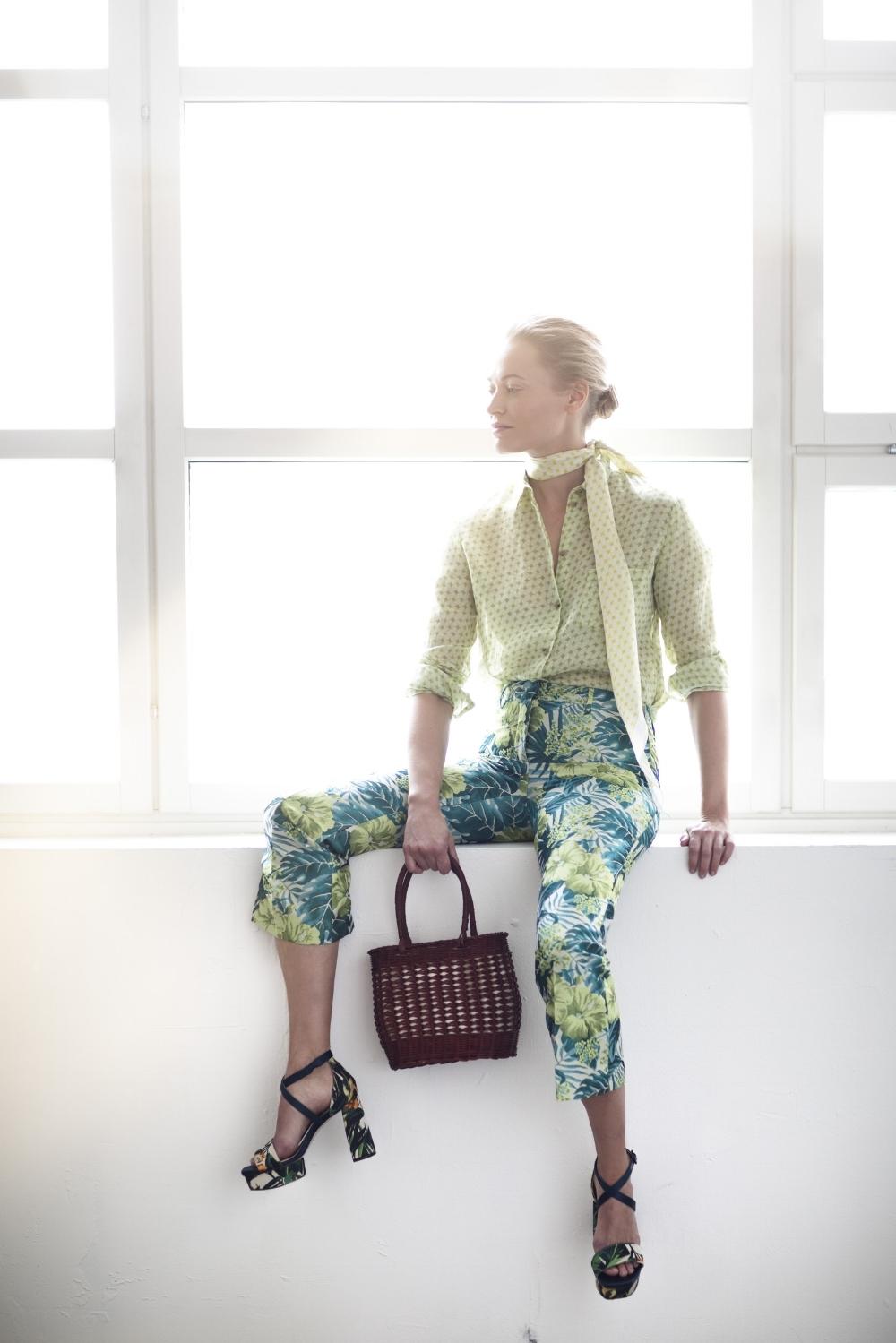 Valitse housut vartalotyyppisi mukaan. - Tarjolla on nyt paljon eri pituisia, leveälahkeisia housuja sekä 80-luvun porkkanamalliset housut, jotka eivät todellakaan sovi kaikille. Valitse itsellesi housut, jotka pukevat juuri sinua parhaiten! Siinä missä leveä, täysmittainen lahje lyhentää kantajaansa, ¾ pituinen lahje pidentää sääriä.100% rami -kauluspaita 190 e ja silkkihuivi,jossa sama printtikuvio 130 e, molemmat Samuji. Kukalliset housut 220 e,Seventy,La Matta. Kangaskengät joissa viidakkokuosi 590 e,Stuart Weitzman, Boutique Kaarina K. Pieni kori jossa puuvillakangasvuori 90 e,Samuji.