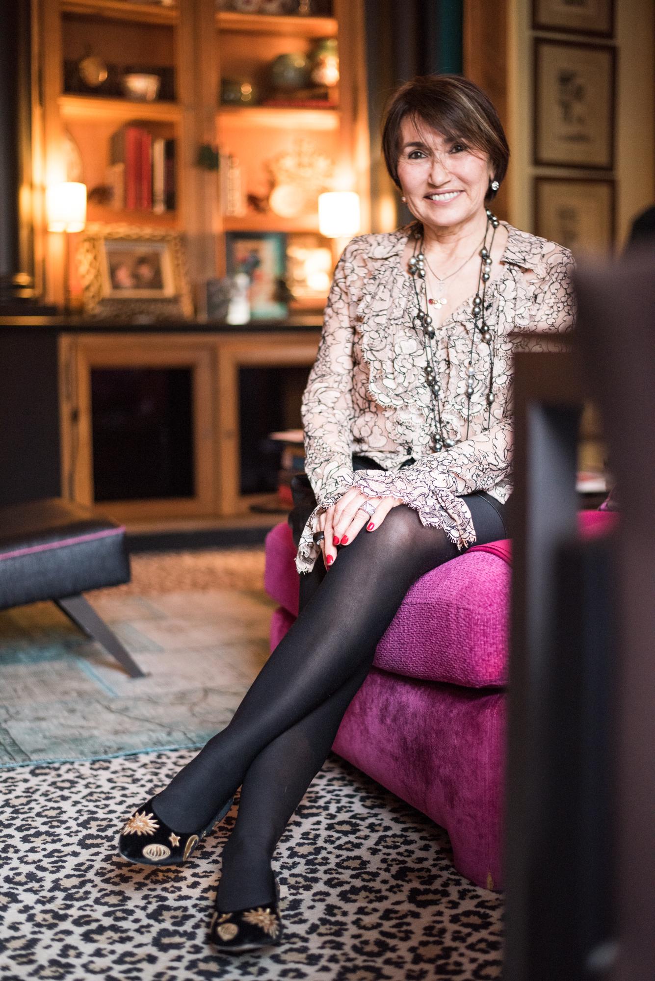 Pitsiröhelöpaita on Chanelin klassikko, jonka Martine osti noin neljävuotta sitten.Nahkashortsit ovat löytö Zarasta ja kengät ovat niin ikään ranskalaiset klassikot,  Massaro. Helmikaulakoru on polyneesialaisen kultasepän,  Robert Wanin ,joka käyttää koruissaan aina harmaita helmiä.Robert Wanin helmikoruja Pariisissa myy  Leclaireur .Musta sormus jota reunustaa timantit,  Vhernier .Korvakorut  Swarovski.