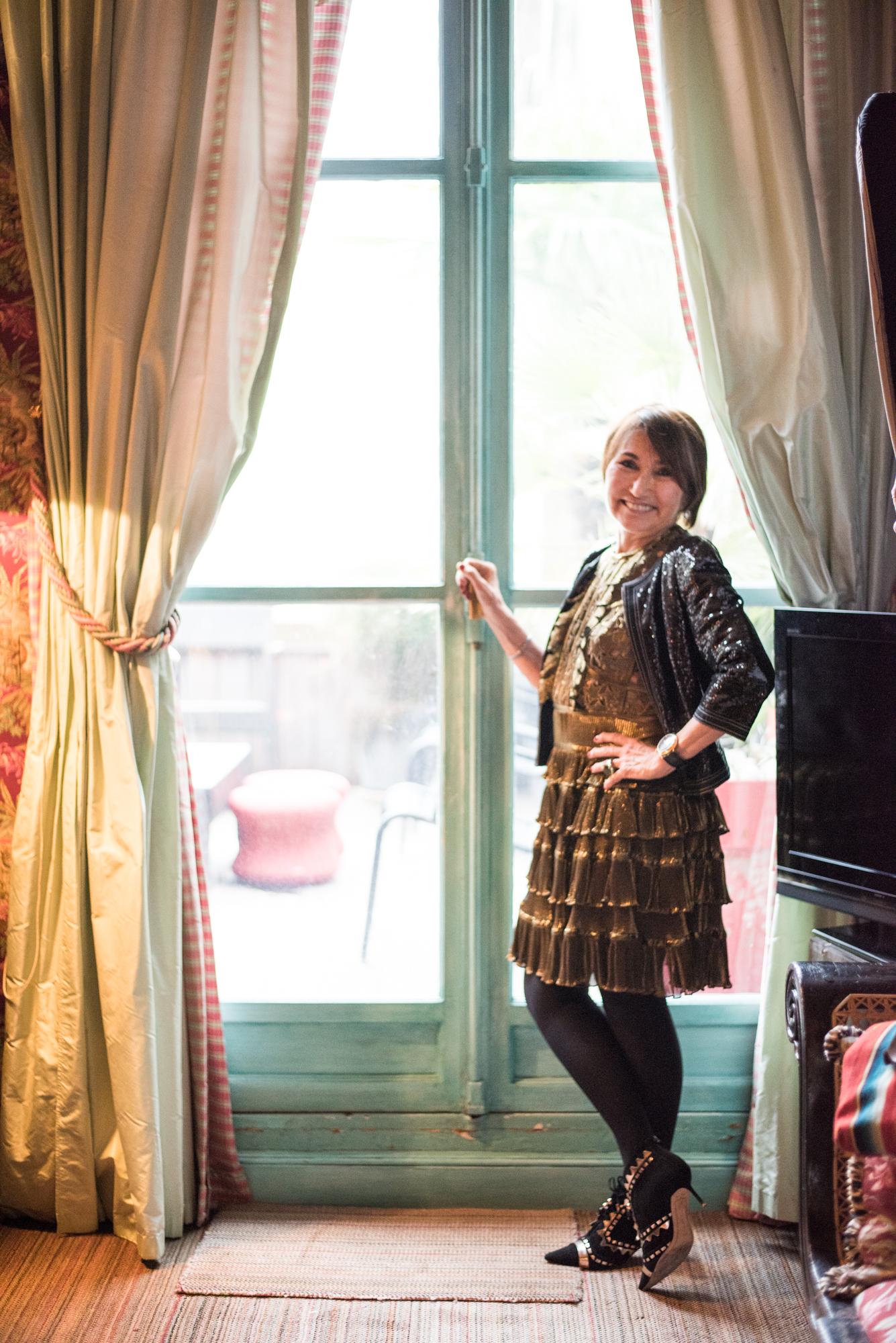 Martine omassa kultaisessa  Elie Saab  mekossaan ja paljetein koristellussa Chanelin jakussa. Nilkkurit  Sophia Webster  sormus Angelo Pintaldi.
