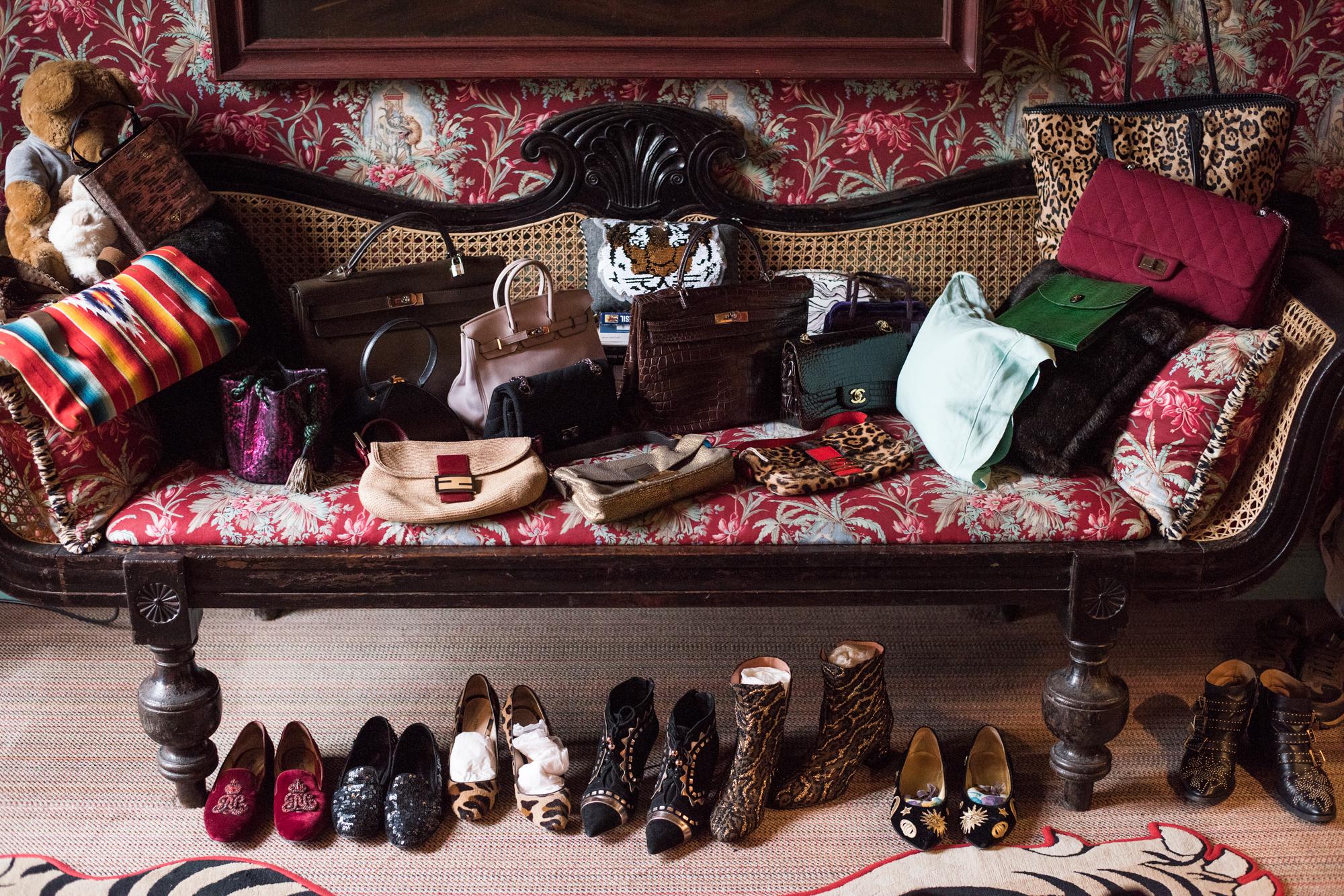 Martinen käsilaukkuja vasemmalta oikealle:  Dolphine Delafon pussukka, 30 vuotta vanha musta Hermésin pyramidi laukku,pieni Hermésin puuterinsävyinen Birgin, Hermésin Kelly krokotiilinnahasta, Chanelin pieni musta olkalaukku krokotiilinnahasta, Chanelin isohko punainen jerseylaukku on lahja tyttäreltä ja pienet Fendin laukut edessä otetaan yleensä matkalle mukaan, koska ne mahtuvat kätevästi pieneen tilaan.
