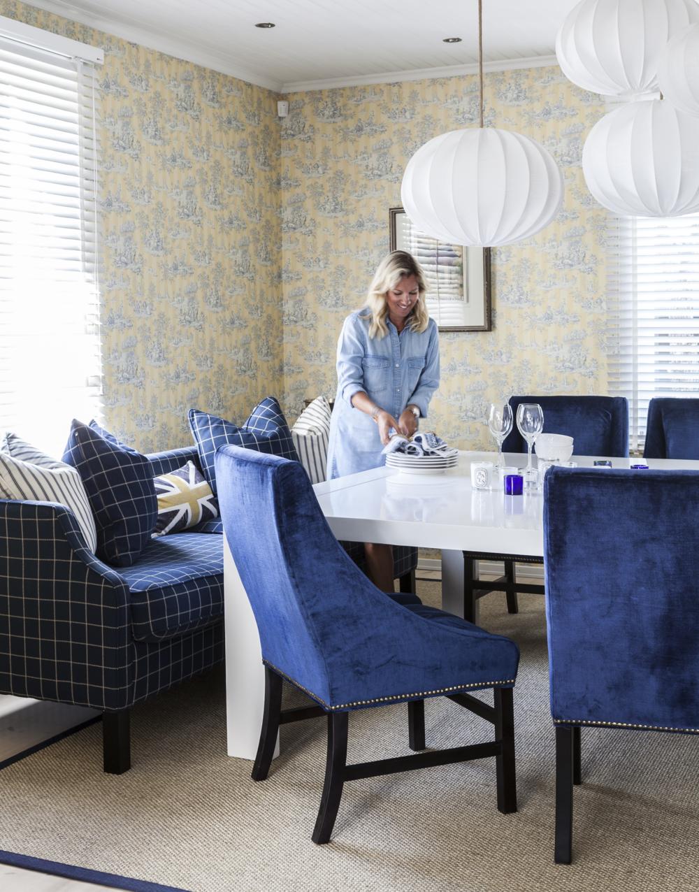 Ruokasalin lamput ovat Cobellosta ja leveät sinisellä sametilla päällystetyt tuolit Hanna teetätti Dubaissa. Sininen sävy antaa klassikkotuolille modernin ilmeen.