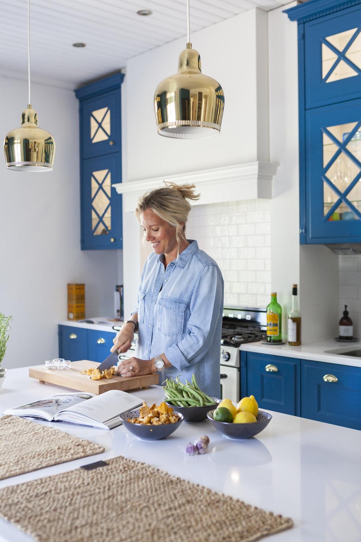 Hanna halusi keittiön sinisiin kaappeihin peiliovet, jotta vieraatkin löytävät etsimänsä. Keittiön kaikki Smeg kodinkoneet ovat mattamustia kultaisilla yksityiskohdilla ja ovat sellaisenaan ensimmäiset, joita Suomeen on koskaan tilattu.