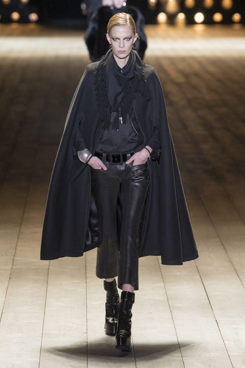 Kulmikas viitta yhdistettynä nahkaan. Saint Laurent. Kuva: Vogue.com