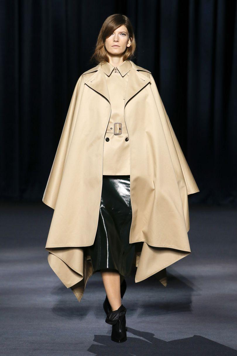 Pehmeälinjainen viitta, Givenchy. Kuva Vogue.com