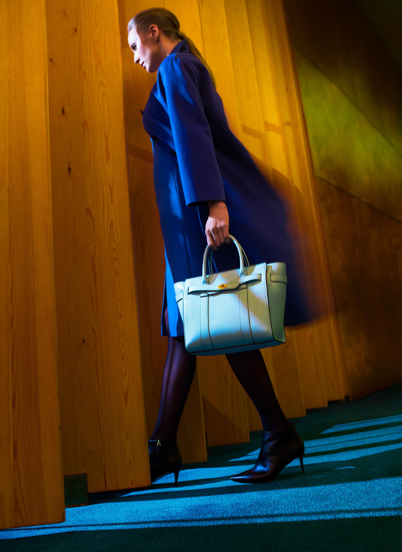 Villa-kashmir takki 745 e jonka alla saman sävyinen lyhyt hihainen mekko 379e, molemmat Hugo Boss,  Stockmann . Hennon vaaleansininen laukku, Small Zipped Bayswater, 1195 e,  Mulberry Helsinki . Sukkahousut Fatal 15 Seamless 31 e,  Wolford . Pura Lopez nilkkurit 279 e,  mi.no .