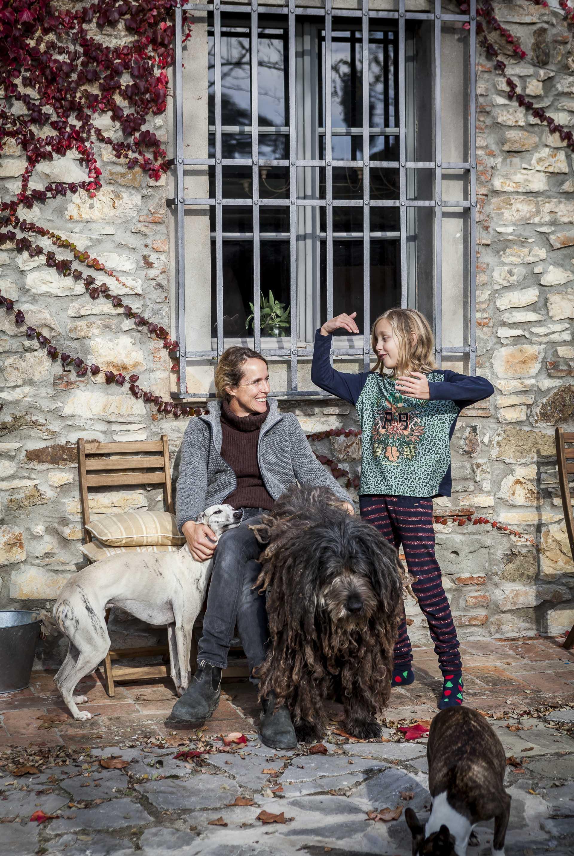 Josephin tyttären ja perheen koirien ympäröimänä