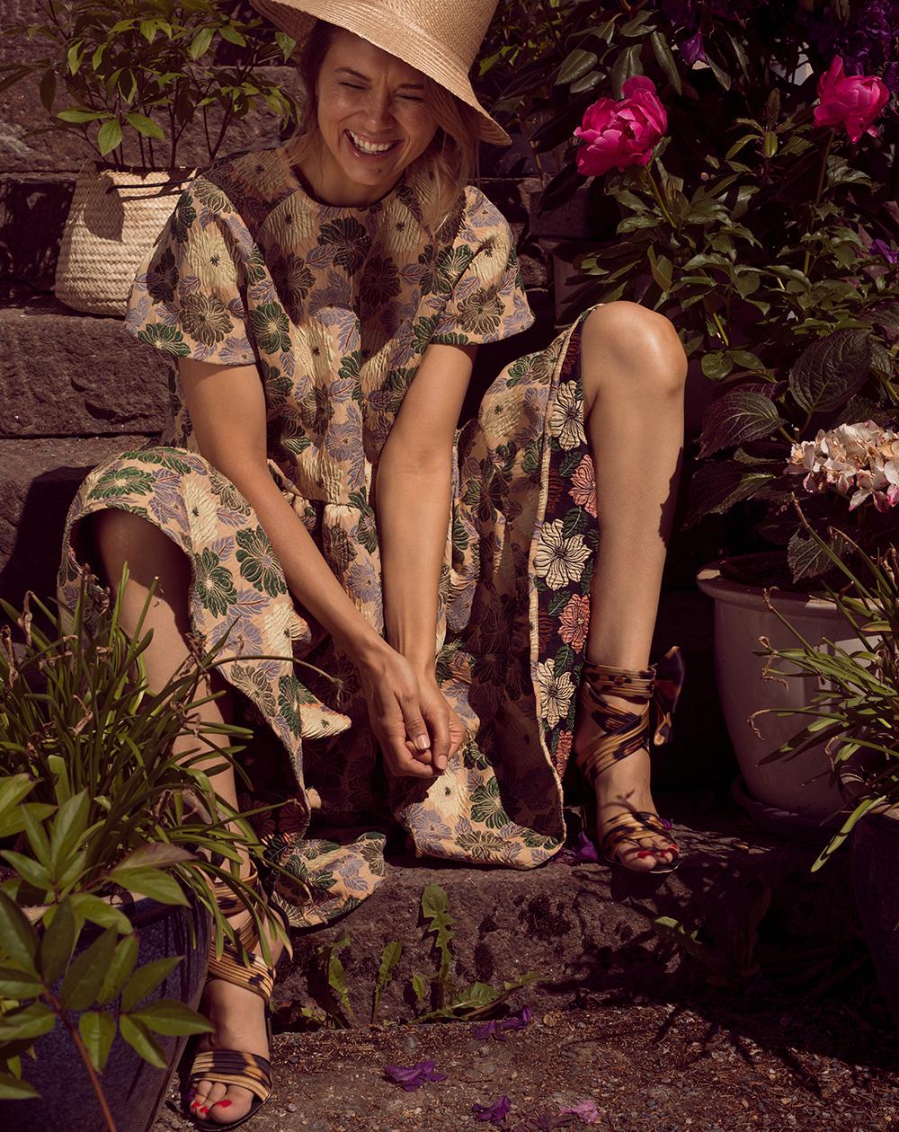 Miia Halmesmaan oversize cocktail dress 259 e,  Frank/ie .  Giuseppe Zanottin  leopardisandaalit, joissa rusetti nilkassa 880 e, Boutique Kaarina K. Olkihattu 75 e,  Lifestyle .