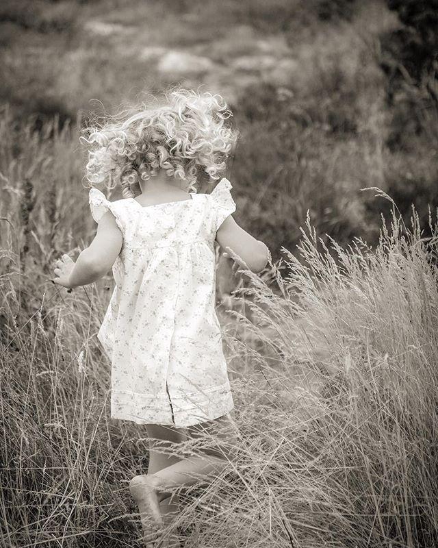 MINI SESSIONS . .  21 april, Zetas Trädgård – Barn & familj Drop-in 10.00-14.00, ingen tidsbokning Kort fotografering (ca 5-10 min, 2-3 olika konstellationer) Gratis fotografering Provbilder via mail Högupplösta bildfiler: 500 kr för första bilden, 200 kr för följande, 2000 kr för alla bilderna (inkl moms) Bilderna får användas fritt till förstoringar, album, i sociala medier osv Bilderna grundredigeras snyggt, retusch ingår ej . .  29 april, Ulriksdals Slottsträdgård – Barn och familj Bokade mini-sessions - från 7.30 och framåt Maila för tidsbokning!  fotograf@kategabor.se Kort fotografering (ca 15 min, 3-4 olika konstellationer) Alla bildfilerna (ca 20-25 st) levereras högupplöst och får användas fritt till förstoringar, album, i sociala medier osv. Bilderna grundredigeras snyggt, retusch ingår ej Pris: 4000 kr (inkl moms) . .  17 april & 2 maj, Stureplan från 7.00 och framåt – Corporate Portraits  3-5 juli, Almedalen, Gotland – Corporate Portraits Bokade mini-sessions Maila för tidsbokning!  fotograf@kategabor.se Kort fotografering (ca 10 min, 2 olika outfits) Provbilder via mail Tre (3) utvalda bilder levereras högupplöst i både svart-vitt och färg Grundredigering och lätt retusch ingår Bilderna får användas fritt som pressbilder, i tryck och i sociala medier Pris: 3000 kr (inkl moms) . .  13-15 juli, Öland – Barn & familj Vecka 29, Västkusten & Skåne – Barn & familj 25-27 juli, Gotland – Barn & familj Bokade mini-sessions Maila för tidsbokning!  fotograf@kategabor.se Kort fotografering (ca 15 min, 3-4 olika konstellationer) Alla bildfilerna (ca 20-25 st) levereras högupplöst och får användas fritt till förstoringar, album, i sociala medier osv. Bilderna grundredigeras snyggt, retusch ingår ej Pris: 4000 kr (inkl moms) . .  Please - all info, kontakt och tidsbokning via mail 🙏🏽😊 Varmt välkomna!