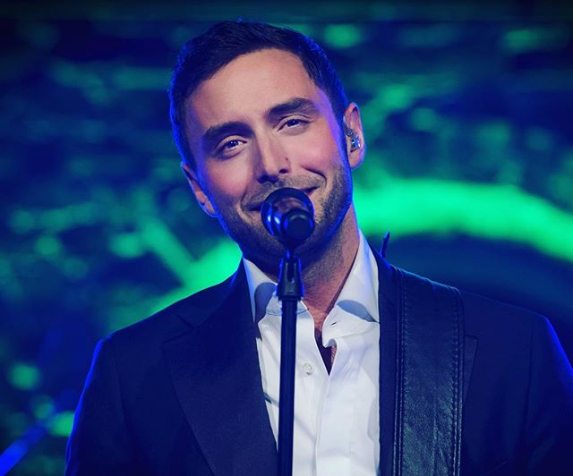 """... and then Måns Zelmerlöw shows up at the dinner party... 😍 ... AND sings my favorite song """"Wrong Decision""""... 😍😅 #månszelmerlöw #winterviken"""