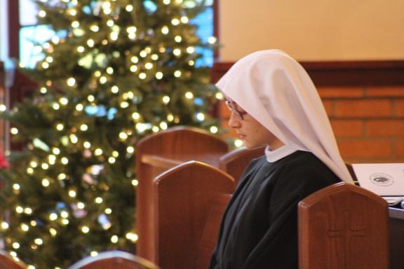 The bride in prayer before Mass begins