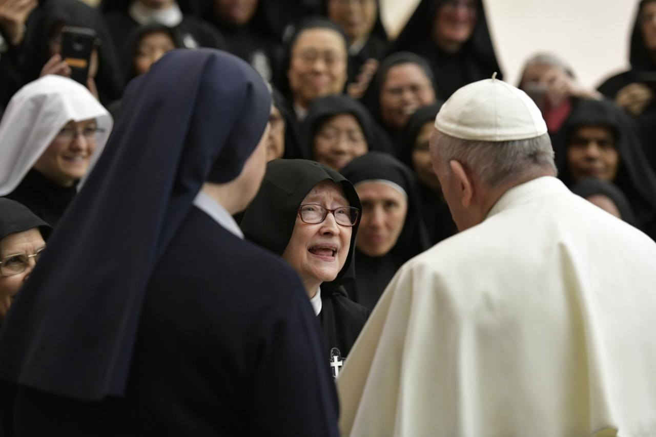 Mother Catherine Marie exchanges a few words with the Holy Father
