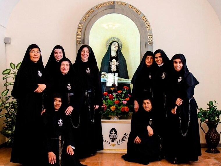 The community in Tarquinia: Sr. Martina, Sr. Maria José, Sr. Vittoria, Sr. Daniela, Madre Rosaria, Sr. Consuelo, Sr. Olga (standing), Sr. Giulia, Sr. Vianney (on kneeling)
