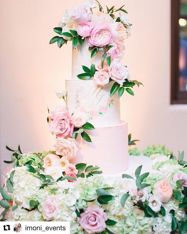 Cake, check. Flowers, check. Drama, check. All the heart eyes... CHECK! #weddingcake #floralcake #monogram #pinkwedding #roses #pinkcake #elchorroweddings #pinkandgoldwedding