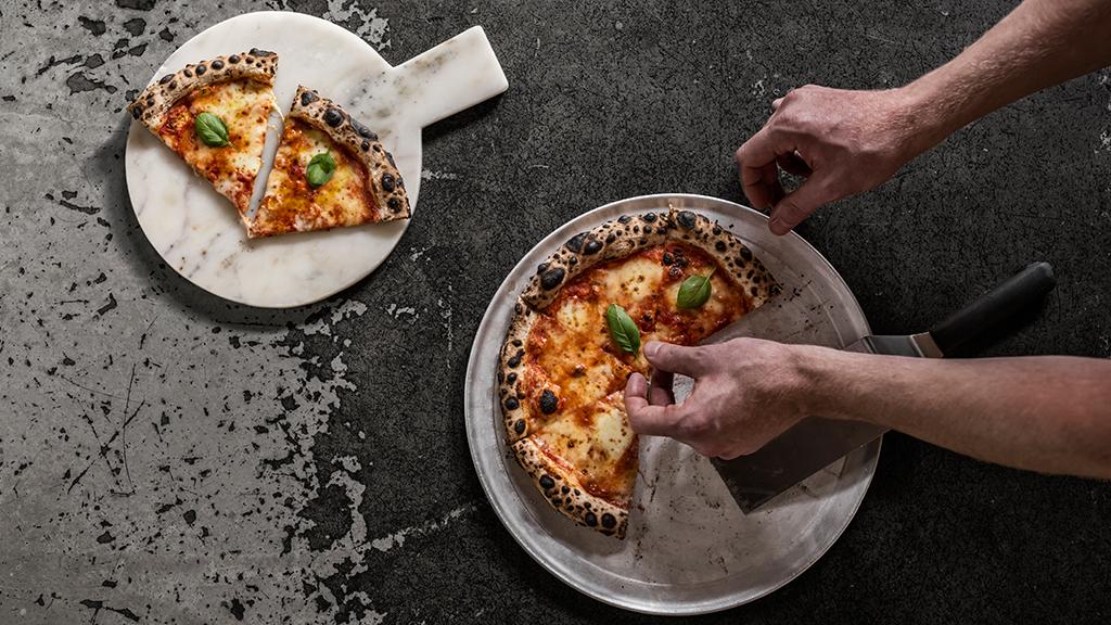 Bæst - Guldbergsgade 29, 2200, Nørrebro, +45.353.504.63, NettstedBæst er stedet hvis du er ute etter italiensk mat. Her finnes en vedfyrt pizzaovn og kokken lager mozzarellaen for hånd. Det benyttes kun stenmalt mel for å lage de berømte surdeigsbunnene, og alle ingrediensene er danske, lokale og økologiske. Husk å bestille bord.