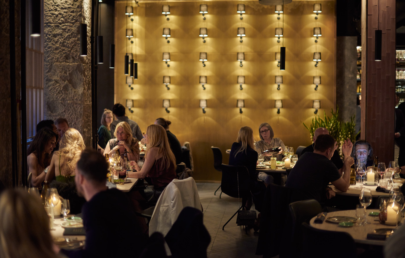 The Market - Kristen Bernikows Gade 9-11, 1105, Indre By +45 7070 2435, NettstedThe Market befinner seg et stenkast fra Kongens Nytorv og her kan du nyte nydelig Asian fusion i hyggelige omgivelser. Her finner du alle de mest kjente asiatiske rettene, servert med en tvist. Restauranten er populær og det er til tider ganske støyende. Drinkene er supergode.