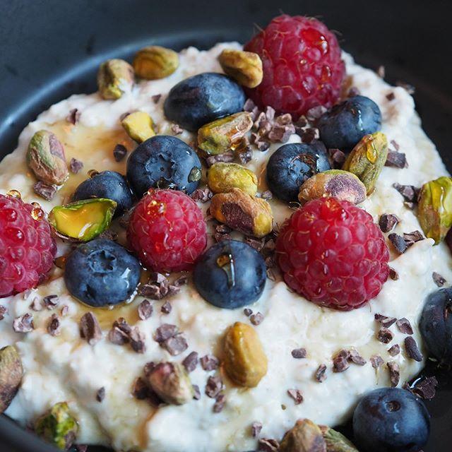 Oats with yoghurt, berries and nuts. The perfect start to your morning. Recipe now on the site.
