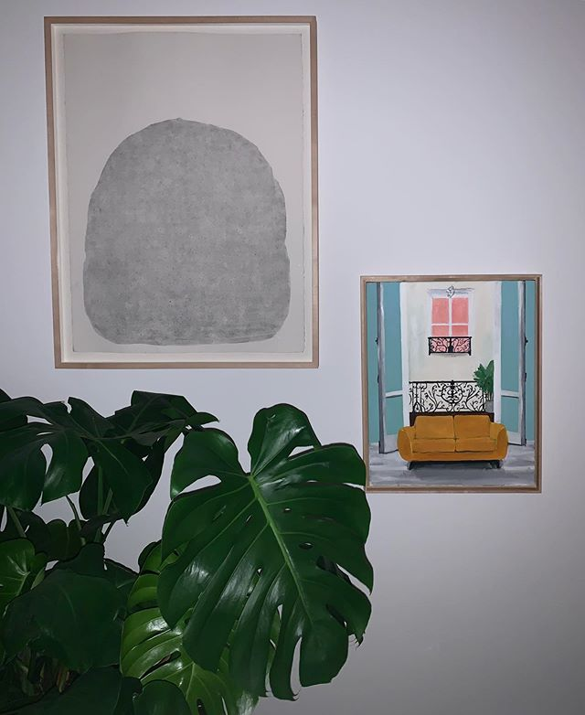 So nice to visit my friend's homes and see art from shows I've curated! Here, chez Alice Quaresma, a drawing by Gabriel Giucci and a painting by Polly Shindler 🇧🇷 Tão legal visitar a casa dos amigos e ver nas paredes arte das exposições que organizei! Aqui, chez Alice Quaresma, um desenho de Gabriel Giucci e uma pintura da  Polly Shindler ♥️