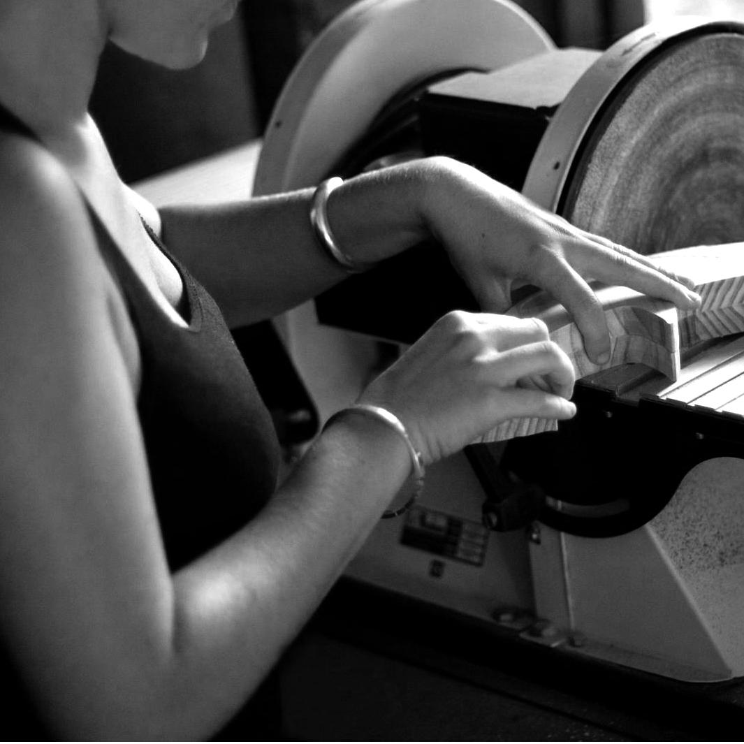 Alicia Gutierrez [Ephimera Play]    Producción de objetos lúdicos   Ali diseña juegos y juguetes, los produce en su pequeño taller y con pequeñas industrias locales que conoce bien de toda su experiencia anterior como maquetista e interiorista.  Nos encontramos diseñando y produciendo objetos de juego bajo la misma mirada pedagógica cada una en un lugar y en un contexto diferente.   Decidimos colaborar para producir y distribuir a mayor escala los juegos que prototipamos aquí.