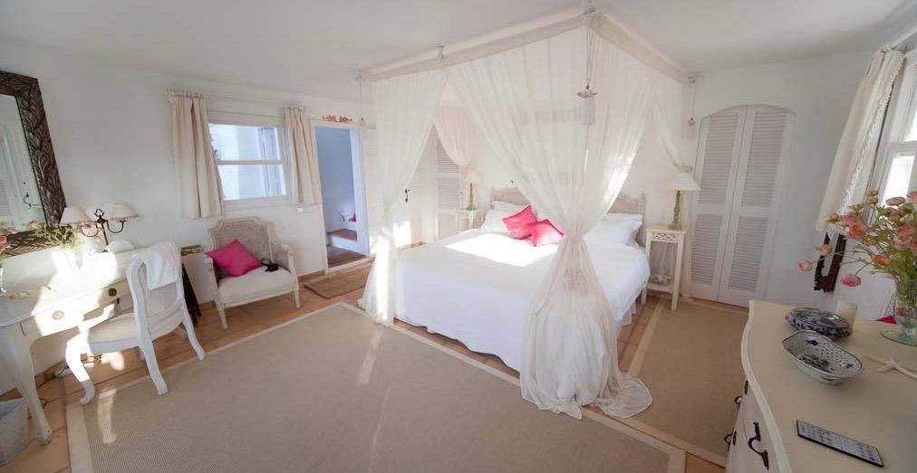 VillaMenoraMasterBedroom.jpg