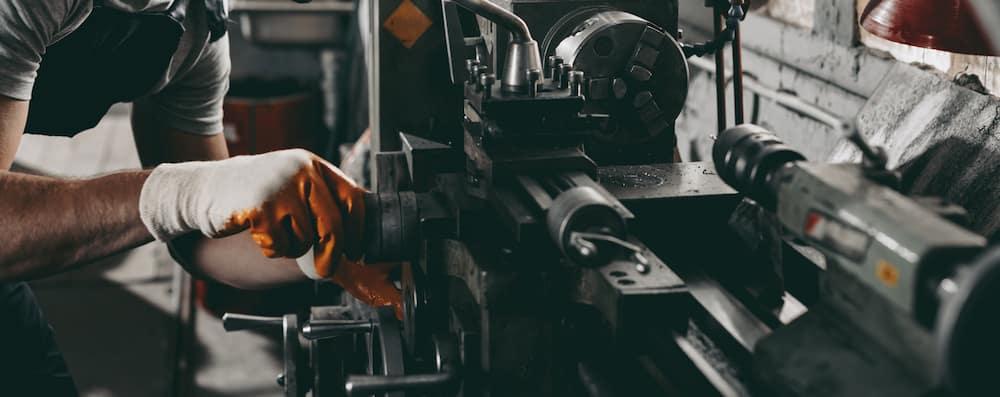 mechanic-working-in-workshop_166662940.jpg
