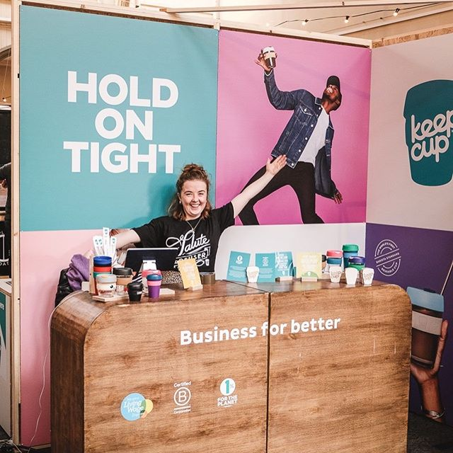 Smiley faces and shout outs to the whopping 70% of you who came armed with your reusable cups and mugs, saving sooo many disposables. Couldn't have happened without the incredible enthusiasm and support of the awesome @keepcup team ⚡️🙏🏻. Special shout out also to @freerangedairy_cic and @cotteswold_dairy who embraced our aim of disposable free and even ditched the plastic milk bottles, bringing the reusable milk jug instead 👊🏻🌍💫. . . . . 📸: @eddcope #choosetoreuse #sustainability #resue #chpbristol #coffeelover #coffeefestival