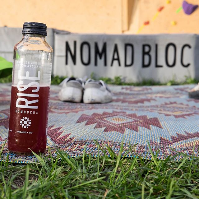 Des cocktails alcoolisés et non-alcoolisés seront offerts ce vendredi grâce à @risekombucha ! Voir la storie pour les découvrir! On a bien hâte d'y goûter! Et vous?🍹// Kombucha cocktails with or without alcool will be served this friday! Many tks to @risekombucha! See the story to discover them! Can't wait to taste those! And you? 🔥 #climbing #party #kombucha #cocktails #dj #bbq #beer #outdoors #bouldering #mtlevents #cantwait #climb #montreal #seeuthere 📷 @lynch_simon