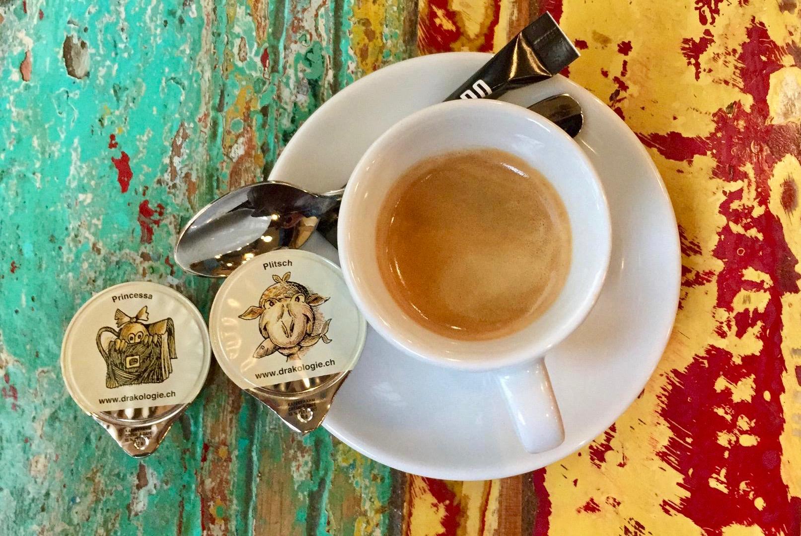 Seetaler Kaffeerähmli - Das Warten hat ein Ende! Die Seetaler Drachen fliegen in Form von Emmi-Kaffeerahmdeckeli durch die ganze Schweiz. Wie hübsch sie aussehen! Sammle, mach mit beim Wettbewerb und gewinne drachenstarke Preise, wie es sie nur im Seetal geben kann.