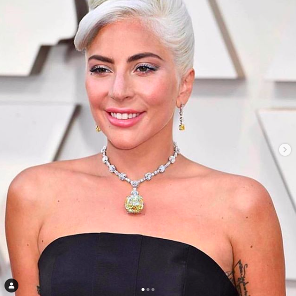 Il ne faut surtout pas oublier son collier signé Tiffany & Co. d'une valeur de 30 millions !!!