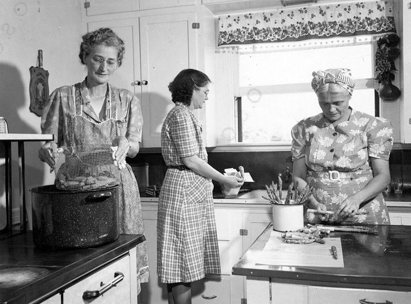 women-in-kitchen.jpg